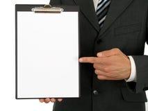 Geschäftsmann-Holding-Klemmbrett lizenzfreie stockfotos