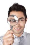 Geschäftsmann Holding Magnifying Glass Stockbild