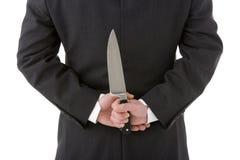Geschäftsmann-Holding-Messer hinter seinem zurück Stockfoto
