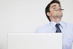 Geschäftsmann Holding Pen As ein Schnurrbart über Lippen stockfotografie