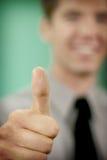 Geschäftsmann-Holdingdaumen oben Lizenzfreie Stockbilder