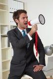 Geschäftsmann im Büro lizenzfreie stockfotografie