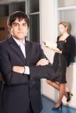Geschäftsmann im Büro Stockfotografie