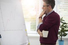 Geschäftsmann im Büro Stockfoto