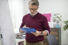 Geschäftsmann im Büro Stockbilder