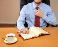 Geschäftsmann im Büro, das an arbeitet Stockbilder