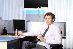 Geschäftsmann im Büro, das an arbeitet Lizenzfreie Stockfotografie
