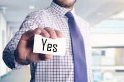 Geschäftsmann im Büro, das Karte mit Text zeigt: Ja Stockbild
