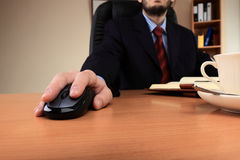 Geschäftsmann im Büro, das an seinem Arbeitsplatz arbeitet Lizenzfreies Stockbild