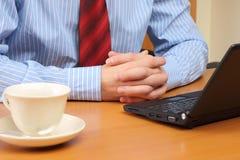 Geschäftsmann im Büro, das an seinem Arbeitsplatz arbeitet. Lizenzfreie Stockbilder