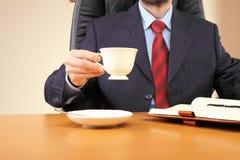 Geschäftsmann im Büro, das an seinem Arbeitsplatz arbeitet Stockfoto