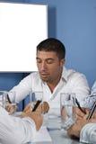 Geschäftsmann im Büro schreiben Lizenzfreie Stockfotos