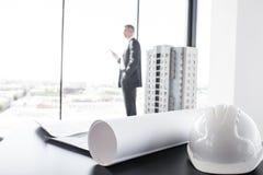 Geschäftsmann im Bauunternehmenbüro Lizenzfreies Stockfoto