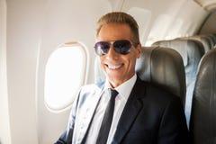 Geschäftsmann im Flugzeug Stockbilder