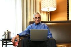 Geschäftsmann im Hotelzimmer Lizenzfreies Stockbild