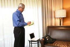 Geschäftsmann im Hotelzimmer Stockbilder