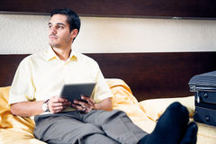 Geschäftsmann im Hotelzimmer Stockbild