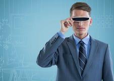 Geschäftsmann im Kopfhörer der virtuellen Realität gegen blaue Hand gezeichnetes Büro Lizenzfreie Stockfotografie
