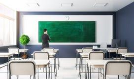 Geschäftsmann im modernen Klassenzimmerinnenraum Lizenzfreie Stockfotografie