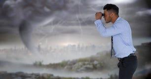 Geschäftsmann im stürmischen Stadtbild Lizenzfreies Stockbild
