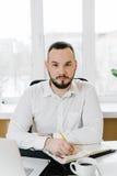 Geschäftsmann im weißen Hemd am Schreibtisch, Lizenzfreie Stockbilder