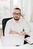 Geschäftsmann im weißen Hemd am Schreibtisch, Lizenzfreies Stockbild