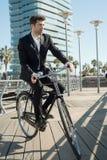 Geschäftsmann im Weinlesefahrrad Lizenzfreies Stockfoto