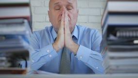 Geschäftsmann Image Making a beten die Handzeichen, die im Büro-Raum enttäuscht sind stockbilder