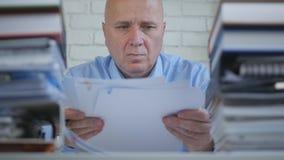 Geschäftsmann-Image Working With-Finanzdokumente im Büro-Raum lizenzfreies stockbild