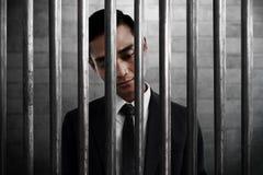 Geschäftsmann innerhalb des Gefängnisses mit traurigem Ausdruck stockbilder