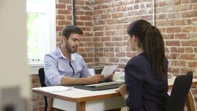 Geschäftsmann Interviewing Female Job Applicant In Office