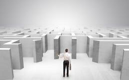 Geschäftsmann kann nicht entscheiden, welchen Eingang er außerhalb des Labyrinths wählte Lizenzfreie Stockbilder