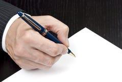Geschäftsmann-kennzeichnender Vertrag Lizenzfreie Stockbilder