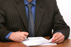 Geschäftsmann kennzeichnet ein Dokument Stockfoto