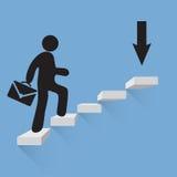 Geschäftsmann klettert die Treppe des Erfolgsblauhintergrundes Stockfotografie