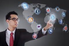 Geschäftsmann klicken an Ikone des Sozialen Netzes lizenzfreies stockfoto