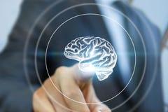 Geschäftsmann klickt an den Knopf mit der Skizze des Gehirns Stockfoto