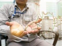 Geschäftsmann-Kontrollaktienkurve auf Arbeitsschreibtisch stockfotos