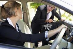 Geschäftsmann Late For Car, das Reise in Arbeit vereinigt lizenzfreies stockfoto