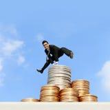 Geschäftsmann laufen gelassen auf Geld Lizenzfreie Stockfotografie