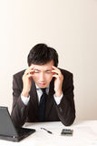 Geschäftsmann leidet unter Kopfschmerzen oder Asthenopia Lizenzfreies Stockfoto