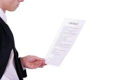 Geschäftsmann liest Dokument lizenzfreie stockbilder