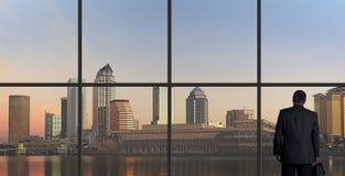 Geschäftsmann-Looking Out An-Büro-Fenster, Ende des Tages Stockbilder