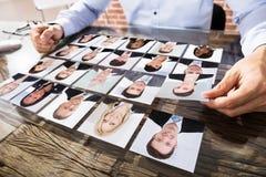 Geschäftsmann Making Candidate Selection für Job stockfotografie