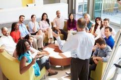 Geschäftsmann-Making Presentation To-Büro-Kollegen Stockfoto