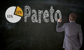 Geschäftsmann malt Pareto auf Tafelkonzept stockfotografie