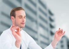Geschäftsmann Meditating durch Bürogebäude lizenzfreies stockfoto