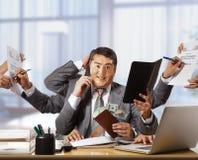 Geschäftsmann mit acht Händen in elegantem Klagenfunktions-Griff notepa Stockbild