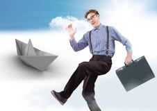 Geschäftsmann mit Aktenkoffer- und Papierboot im Himmel Lizenzfreies Stockbild