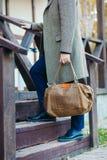 Geschäftsmann mit Aktenkofferbraunledertasche oben gehend, stockfoto